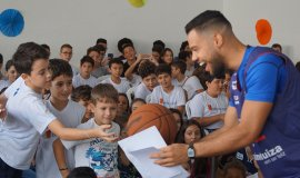 Atletas e comissão técnica do Franca Basquete trocam experiência com alunos